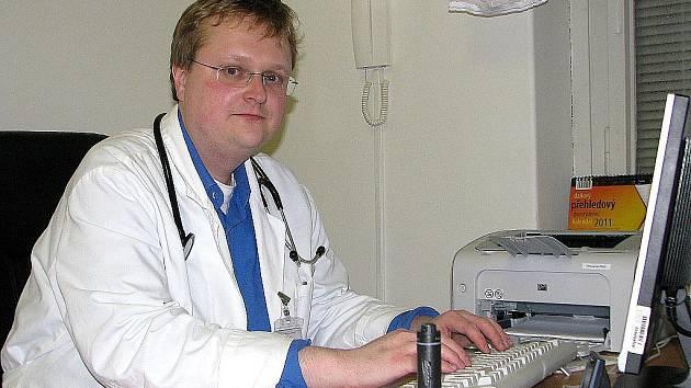 Zdeněk Heřmánek (na archivním snímku z roku 2011) zastával v kutnohorské nemocnici postupně funkci primáře i ředitele.