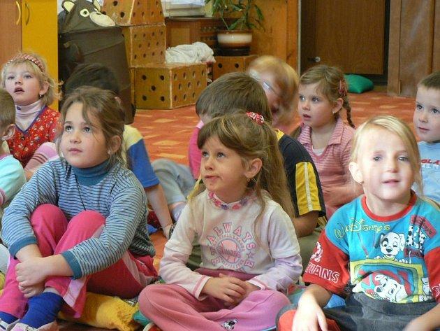 Dětem se povídání knihovnic líbilo.
