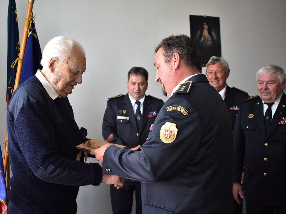 Z oslavy devadesátých narozenin zasloužilého hasiče Mojmíra Šourka.