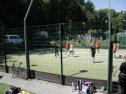 Na jarním sportovním utkání se hrál fotbal i volejbal.