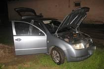Opilý řidič nacouval do rybníka v Lomečku.