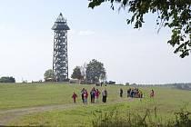 Turisté během pochodu navštíví řadu zajímavých míst, vystoupají například na rozhlednu Bohdanka.