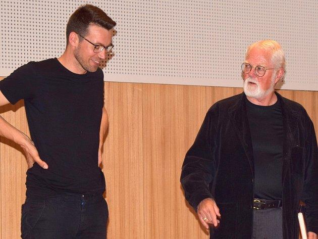 Robert Fulghum (na snímku vpravo, vlevo herec Lukáš Hejlík) je člověk mnoho oborů. Je aktivním spisovatelem, ale také  unitářským pastorem, filosofem, učitelem a dokonce i  zpěvákem. Čtyřikrát objel svět,byl mnichem v zen-buddhistickém klášteře.