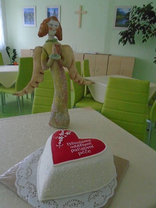 Narozeninový dort pro oddělení paliativní péče v kutnohorské nemocnici.