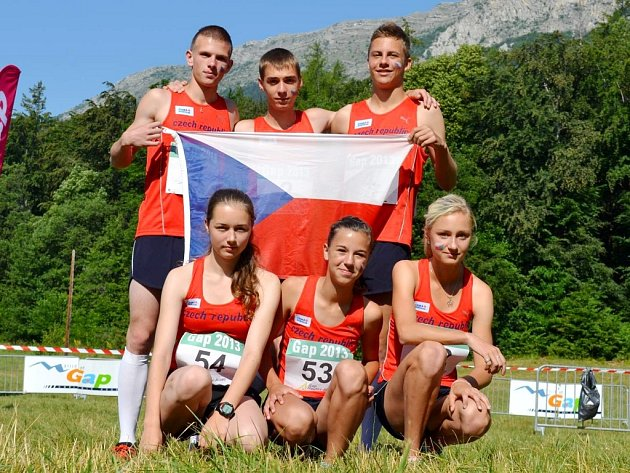 Dominik Kubec (nahoře uprostřed) s celou českou reprezentací ve francouzském městě Gap.