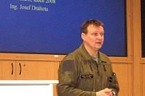 Prezentace výsledků hlukové studie se uskutečnila za zavřenými dveřmi. Vedle zástupce zpracovatelské firmy vystoupil také velitel letecké základny Petr Mikulenka (na snímku).