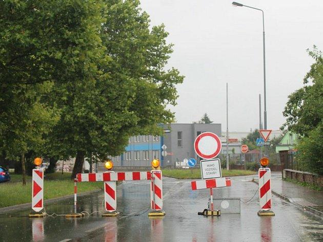 Uzavírka křižovatky ulic Benešova a Masarykova vKutné Hoře kvůli výstavbě kruhového objezdu.