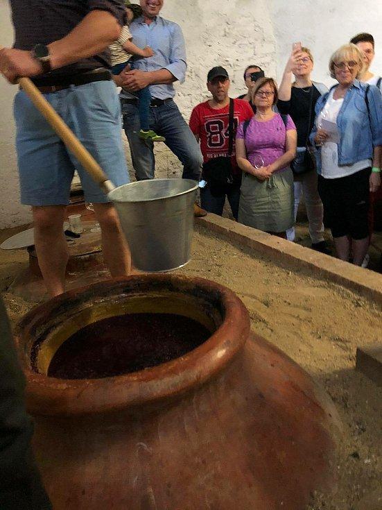 Z otevření hliněných amfor ve Vinných sklepech v Kutné Hoře, kde více než osm měsíců zrálo víno i se slupkami .