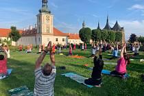 Cvičení jógy v zahradách Galerie Středočeského kraje v Kutné Hoře.