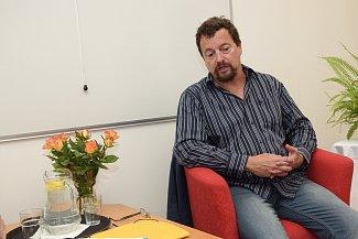 Michal Viewegh usedl ve Zruči do křesla pro hosta.