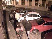 Policisté hledají svědky z kamerového záznamu.