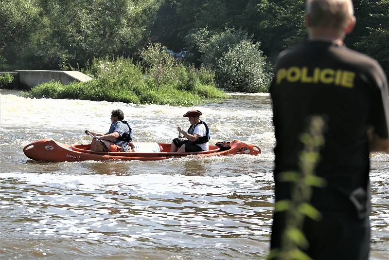 Policejní pátrání po dvou pohřešovaných mladících u jezu na řece Sázavě mezi Otryby a Soběšínem.