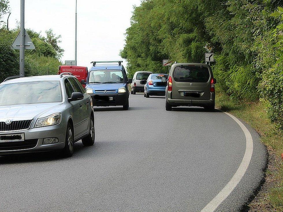 Provoz na objízdné trase přes Hořany v době rekonstrukce silnice I/38 u Hlízova.
