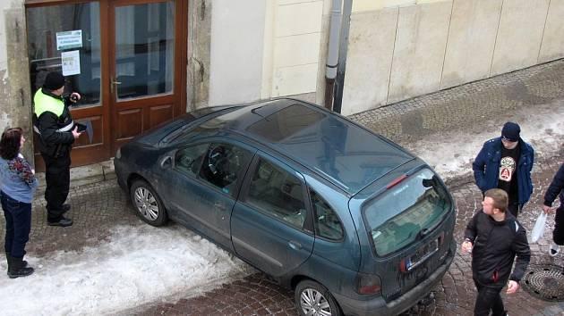 Samovolné rozjetí auta v Tylově ulici v Kutné Hoře.