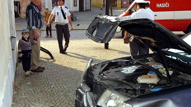 Kuriózní nehoda na Palackého náměstí v Kutné Hoře