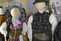 Z přípravy expozice muzea 'Ostrov lidových krojů' v Ostrově u Bohdanče.