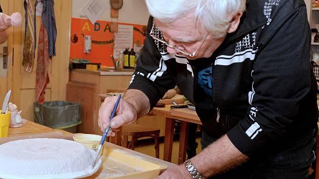 Dům dětí a mládeže Dominik v Kutné Hoře připravil v neděli 3. března Keramické dopoledne. Zájemci si zde mohli vyrobit různé dekorační předměty.
