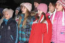 Dětský pěvecký sbor vystoupil s pásmem vánočních písní na zbraslavickém náměstí.