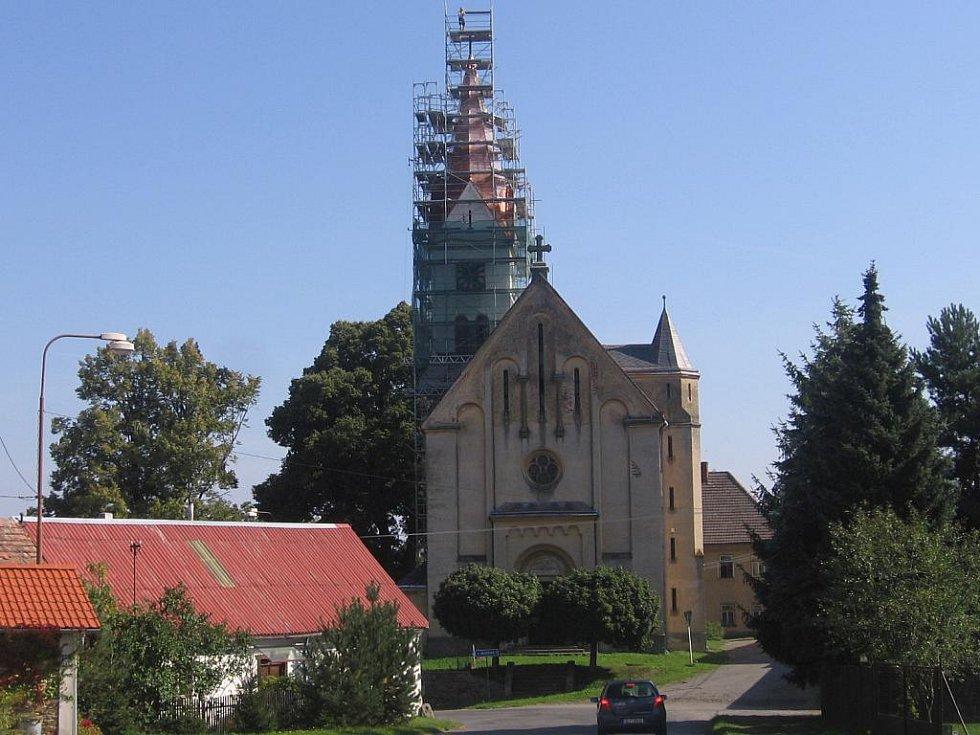 Rekonstrukce věže kostela sv. Martina v Červených Janovicích.