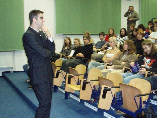 Poslanec parlamentu Hynek Fajmon navštívil čáslavské gymnázium.