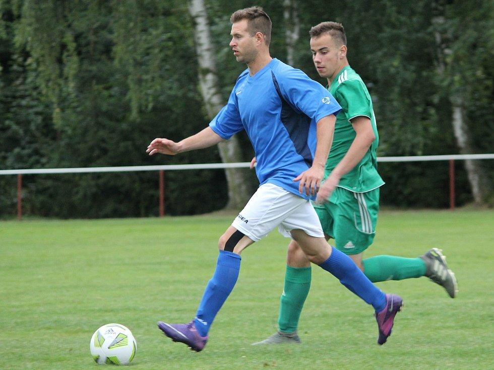 Červenojanovický fotbalista Zdeněk Schneiderwind (u míče) v utkání se suchdolskou rezervou.