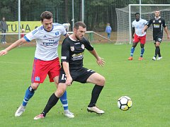 Fotbalista Kutné Hory Marek Wolf (v černém) v nedělním zápase ve Lhotě.