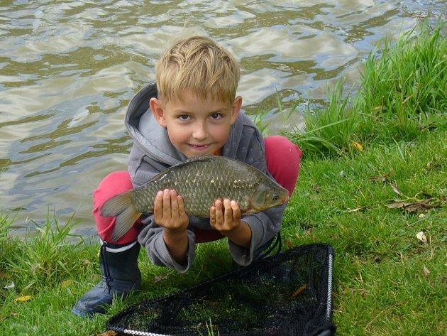 Viktor Navrátil má moc rád přírodu a zvířata. Ještě mu nebylo sedm let, ale už stihl složit zkoušky na zisk rybářského oprávnění. Rybolov je jeho nejoblíbenější činností. K uloveným rybám se chová ohleduplně a všechny vrací vodě. Dále také chodí na karate