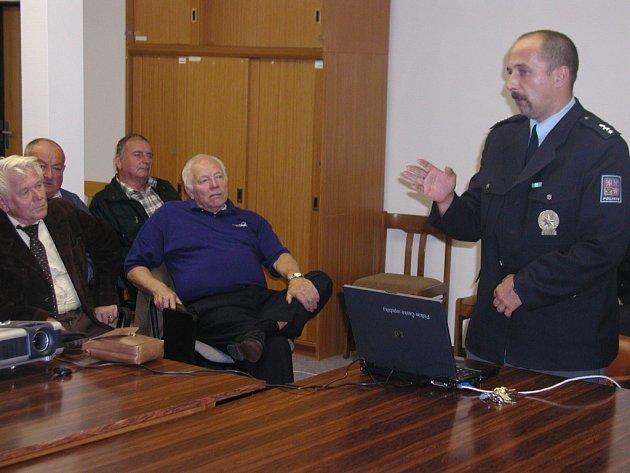 Velitel Jiří Kubelka přivítal seniory na svém oddělení.