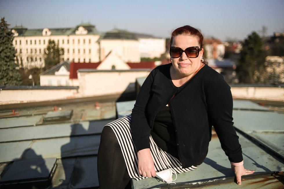 Tylovo divadlo v Kutné Hoře: ředitelka Veronika Lebedová na střeše.