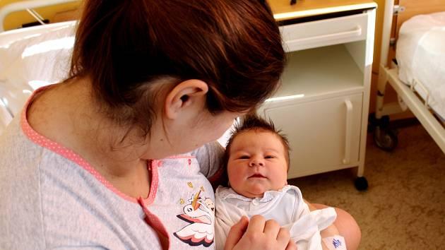 Matyáš Aubrecht se narodil 13. února v Čáslavi s mírami 4500 gramů a 52 centimetrů. V obci Kluky bude vyrůstat s maminkou Veronikou a tatínkem Petrem.