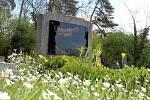 Jaro na hřbitově v Záboří nad Labem.