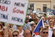 Lidé demonstrují v Kutné Hoře u morového sloupu.