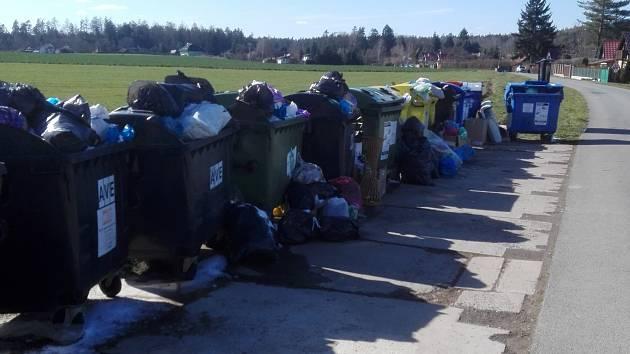 Jedno z mnoha kontejnerových stání v rekreační oblasti Vidlák po posledním březnovém víkendu v roce 2020.