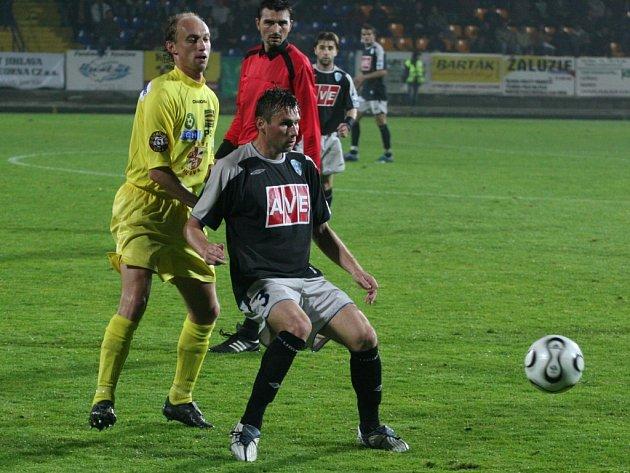 Atmosféru večerního utkání na Vysočině okusil i Tomáš Haniak (vpravo). Ten se potkal s Petrem Vladykou, který ovšem v Jihlavě už nepůsobí.