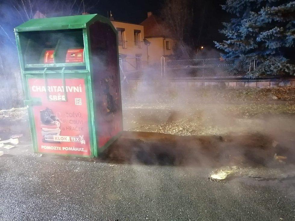 Požár kontejnerů v Úvalech.