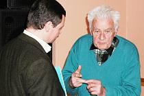 Kutnohorský důchodce Miroslav Procházka v debatě s poslance Davidem Rathem (ČSSD) v klubu Alfa.