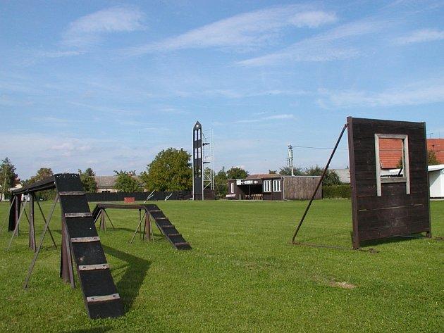 Specialitou krchlebského hasičského areálu je čtyřpatrová tréninková věž (v pozadí).