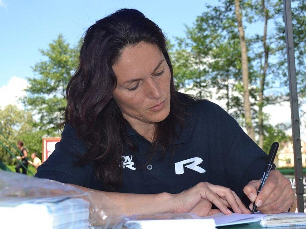 Z krajského kola Odznaku všestrannosti olympijských vítězů (OVOV) v Čáslavi - autogramiáda Šárky Kašpárkové, bývalé československé reprezentantky v trojskoku.
