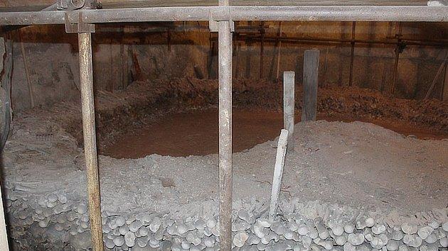 Záběry ze sedlecké kostnice v době rozebírání první kosterní pyramidy