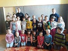 Základní školu ve Zbraslavicích navštívili profesionální hasiči.