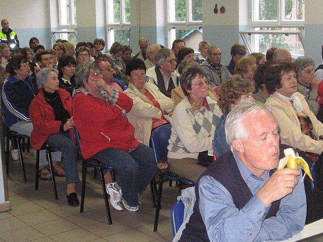 Zručští občané na zasedání zastupitelstva města ve školní jídelně.