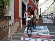 Závodník Jakub Kavalír sjíždí pražské schody.