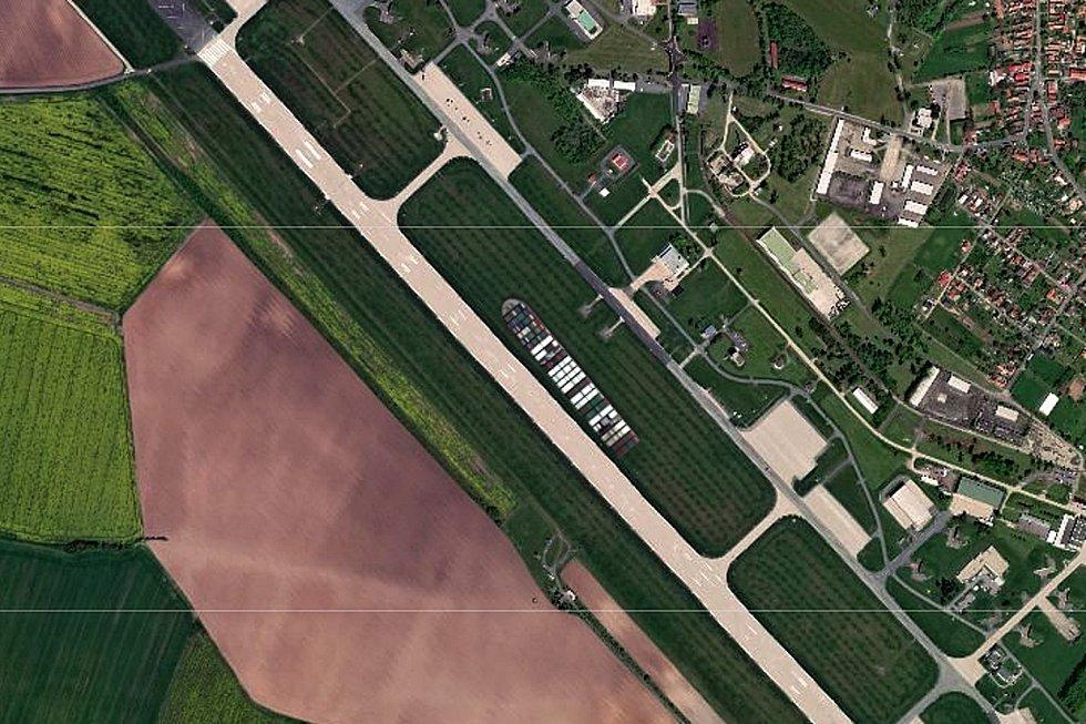 Kontejnerová loď Ever Given na armádním letišti u Čáslavi.