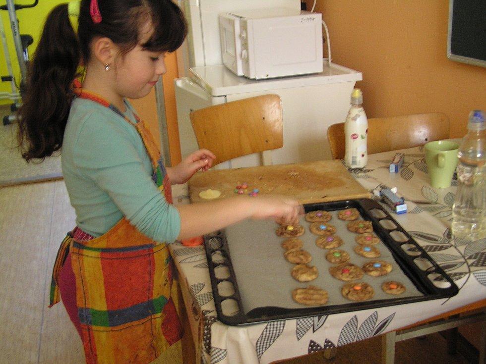 Pečení lentilkových sušenek