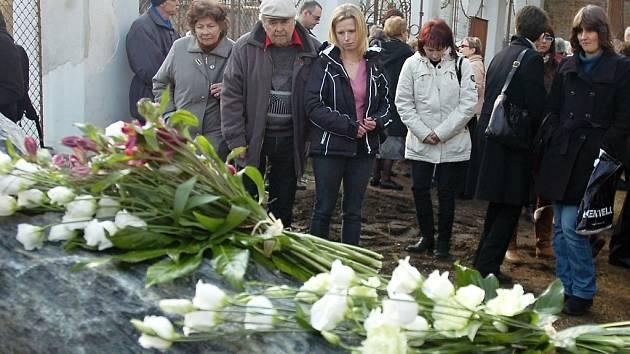 Odhalení pamětní desky kutnohorským obětem holocaustu před bývalou synagogou v Kutné Hoře.
