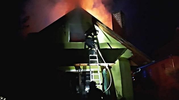 Požár půdního prostoru domu v Pražské ulici v Čáslavi v pondělí 20. července 2020.