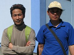 Ta Mla Htto (vlevo) a Thawt Aye se živí jako zaměstnanci města na veřejně prospěšných pracích. Včera byla například jejich úkoolem úprava poškozené dlažby.