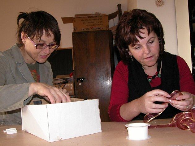 Monika Peková (vlevo) a Lenka Píchová z kutnohorského gymnázia v době stávky konaly přípravy na vánoční projekt výtvarných dílen, který se na škole uskuteční 21.prosince.
