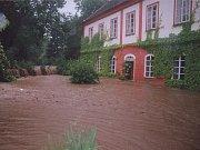 Bahnitá voda zaplavila zahradu domu. Uvnitř budovy dosáhla hladina výšky půl metru.