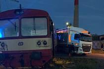 Nehoda osobního vlaku a kamionu na železničním přejezdu v Třemošnici.